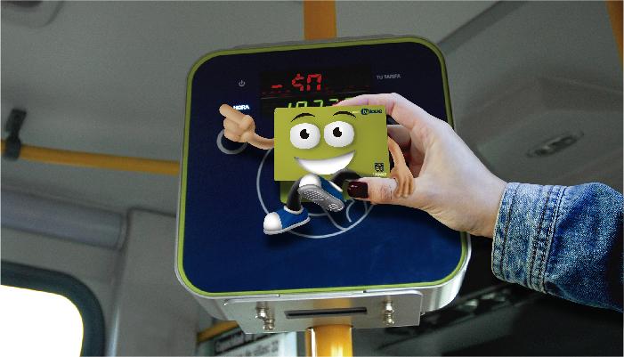 fotografía de una tarjeta tullave  pasando en el lector de tarjetas de un bus zonal