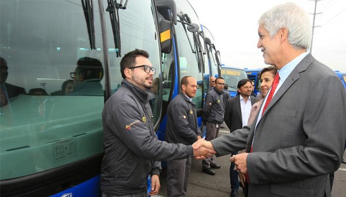 Alcalde Enrique Peñalosa  saluda  a un operador en la entrega de flota de buses SITP