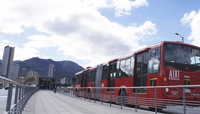 Servicio Troncal llegando a una estación del sistema