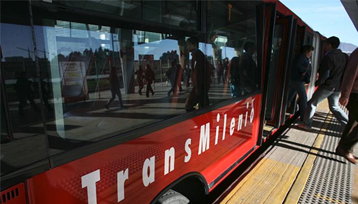 Bus de TransMilenio estacionado en  una plataforma de un portal del Sistema