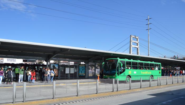 Bus alimentador llegando a una plataforma de un Portal de TransMilenio
