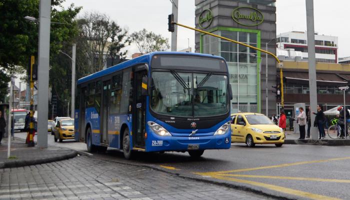 Bus urbano del SITP por una calle de Bogotá