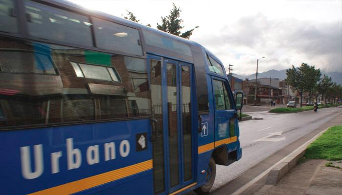 Bus Urbano estacionado en una calle de Bogotá