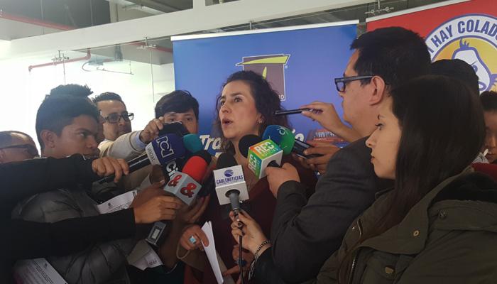 Gerente General de TRANSMILENIO  Alexandra Rojas , rodeada de periodistas con micrófono