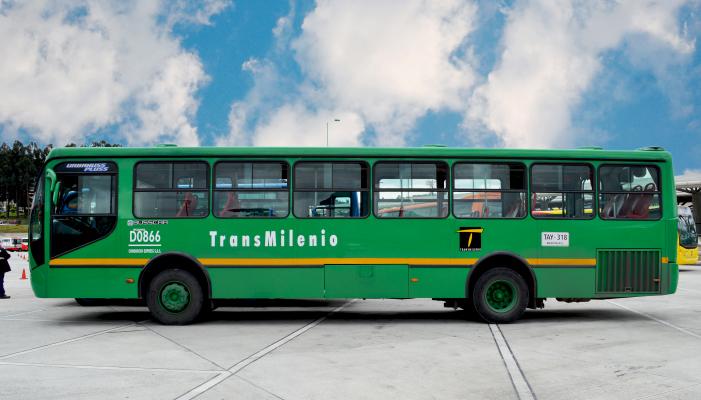 Bus alimentador en un patio del Sistema  TransMilenio