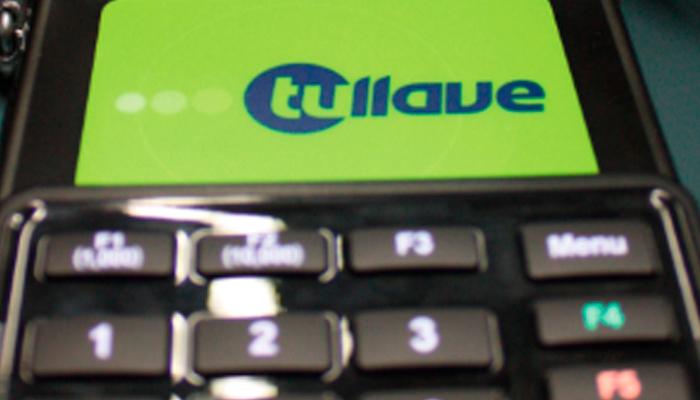 Imagen  con tarjeta tullave en el datáfono de recarga del Sistema  TransMilenio