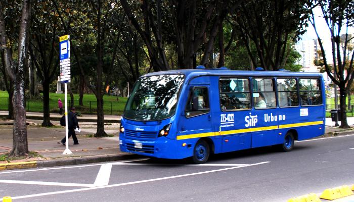 Bus del SITP llegando a un paradero