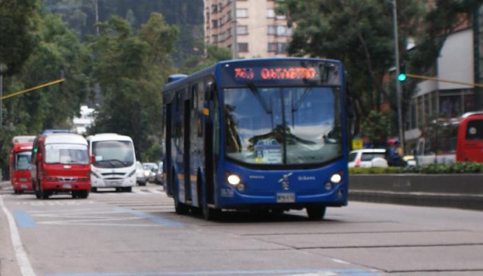 Ruta urbana del SITP  en una vía principal de Bogotá
