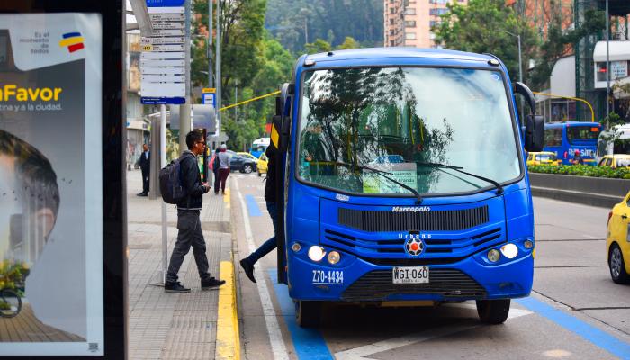 Ruta Urbana recogiendo usuarios en un paradero