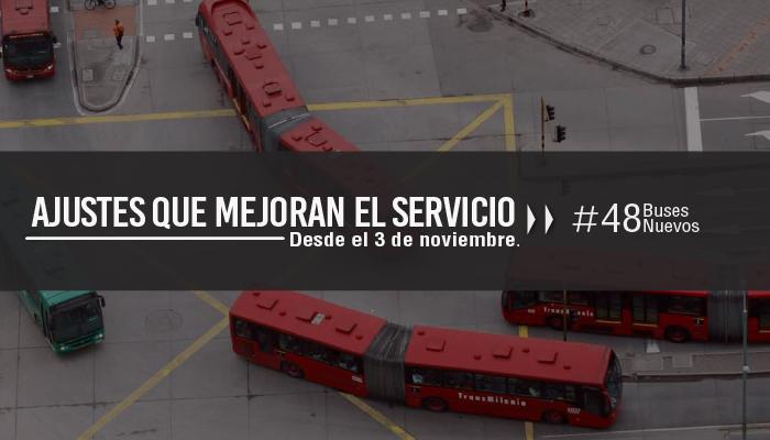 TransMilenios girando en una calle principal de Bogotá