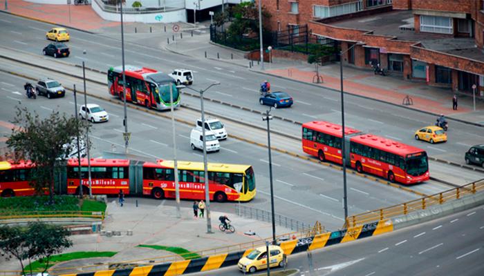 TransMilenios  en una calle principal de Bogotá