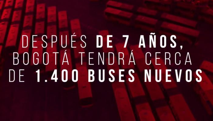 TransMilenios en parqueaderos de patios como fondo acompañado de texto