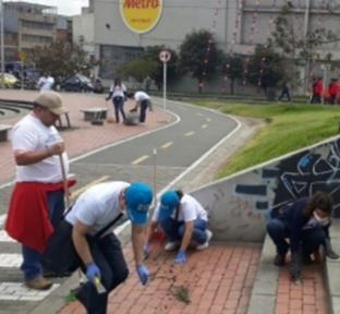 Funcionarios de TRANSMILENIO S.A.  en la localidad de San Cristobal  limpiando las calles