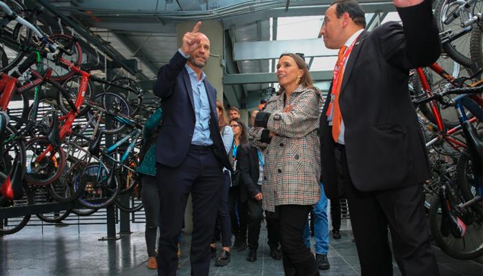 Ministro de Transporte de Argentina, Guillermo Dietrich, con la gerente general de TransMilenio María Consuelo Araújo y  el funcionario Carlos Acosta