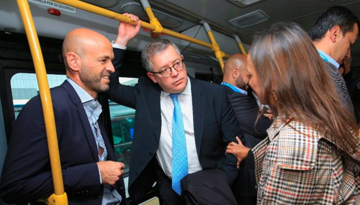 Ministro de Transporte de Argentina, Guillermo Dietrich, con la gerente general de TransMilenio María Consuelo Araújo enTransMilenio