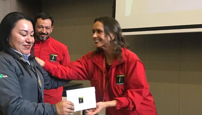 Operadora recibiendo reconocimiento por parte de la gerente general de TransMilenio