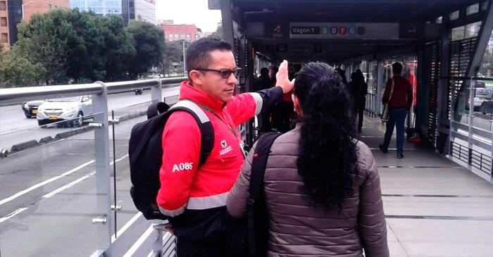 Anfitrión guiando a un usuario en el Sistema TransMilenio
