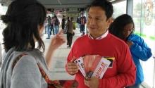 Funcionarios de TransMilenio  informando sobre  las rutas fáciles
