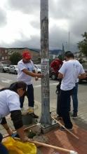 Funcionarios de TransMilenio limpiando Calles