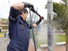 Lavando los postes de la localidad de San Cristobal
