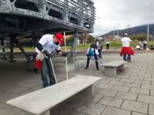 Funcionarios limpiando puentes y calles de Bogotá