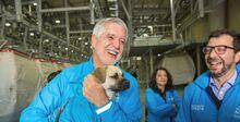 Alcalde Enrique Peñalosa con mascota en el TransMiCable
