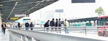 Usuarios caminando por una plataforma del portal ElDorado
