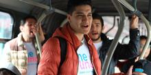 Usuario cantando en un bus de TransMilenio