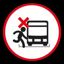 No cruzar en la vía con carros en movimiento