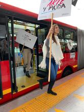 Mujer bajandose de TransMilenio