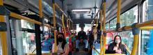 Usuarios sentados en un  bus de TransMilenio
