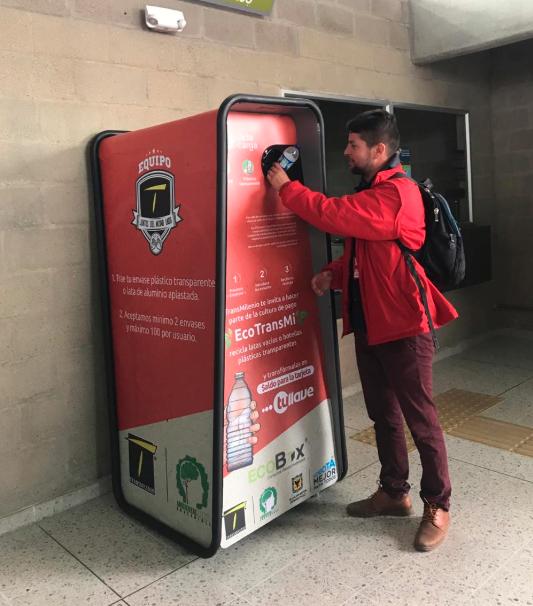 Persona reciclando para redimir para recargar la tarjeta