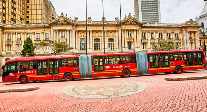 Nuevo bus de TransMilenio estacionado en el eje ambiental